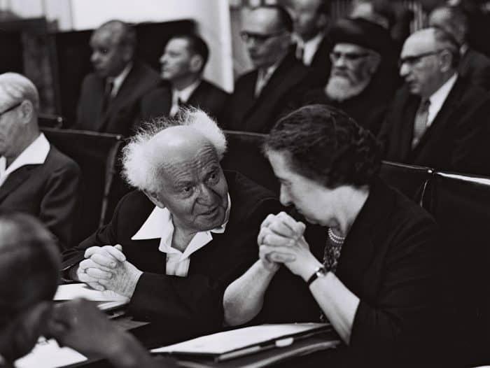 """תומכים ולא תומכים. גולדה מאיר ובן גוריון. צילום: פריץ כהן, לע""""מ"""