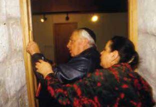 אריאל ולילי שרון קובעים מזוזה בבית ברובע, 1987 // צילום: ירון קמינסקי, 'הארץ'
