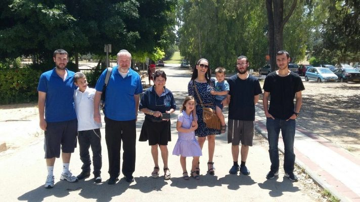 עם משפחתו