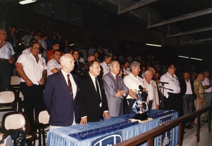 """גמר גביע המדינה 1990 . הימני בשורה: ברוך """"מיקי"""" מנדלבליט ז""""ל. במרכז: הנשיא הרצוג ז""""ל // צילום: אריה קנפר. באדיבות 'עברית הוצאה לאור'"""