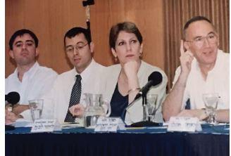 האוזר כעוזר שרת התקשורת לימור לבנת (משמאל: אבי גבאי), 1997 // צילום: באדיבות צביקה האוזר