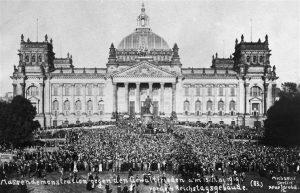 הפגנות נגד החתימה מול הרייכסטאג בברלין