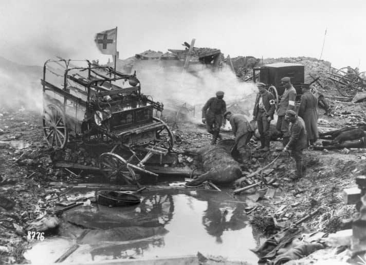 הפצצת אמבולנס גרמני במלחמה // צילום: Hulton Archive, Getty Images IL