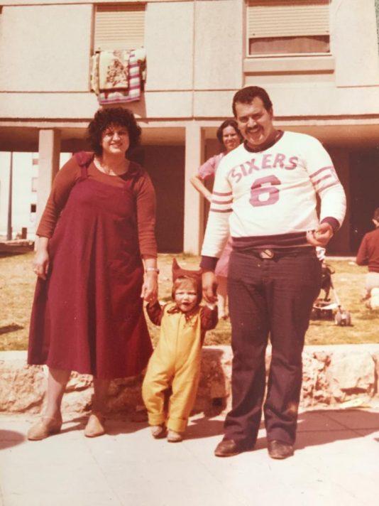 עם הוריו בתחילת שנות ה־ 80