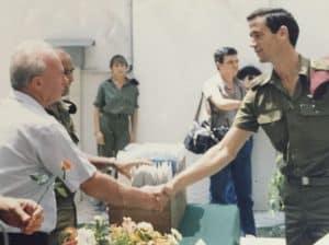 כקצין צעיר. עם שר הביטחון יצחק רבין, 1986