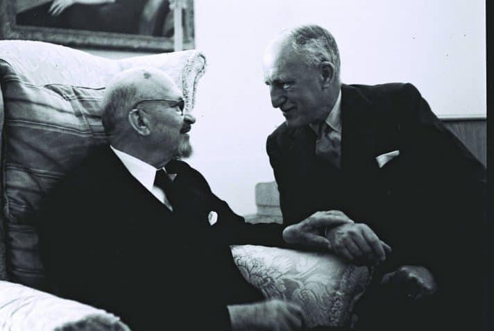"""חיים ויצמן עם השגריר הבריטי אלכסנדר נוקס 1951 // צילום: הנס פין, לע""""מ"""