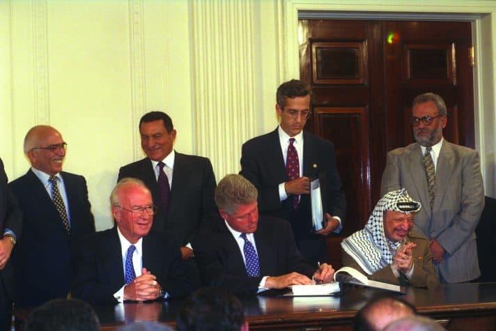 """החתימה על הסכם אוסלו ב., 1995 // צילום: אבי אוחיון, לע""""מ"""