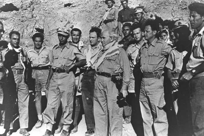"""בן גוריון בשטח עם יגאל אלון ויצחק רבין בשטחי הקרבות במלחמת העצמאות, 1949 // צילום: לע""""מ"""