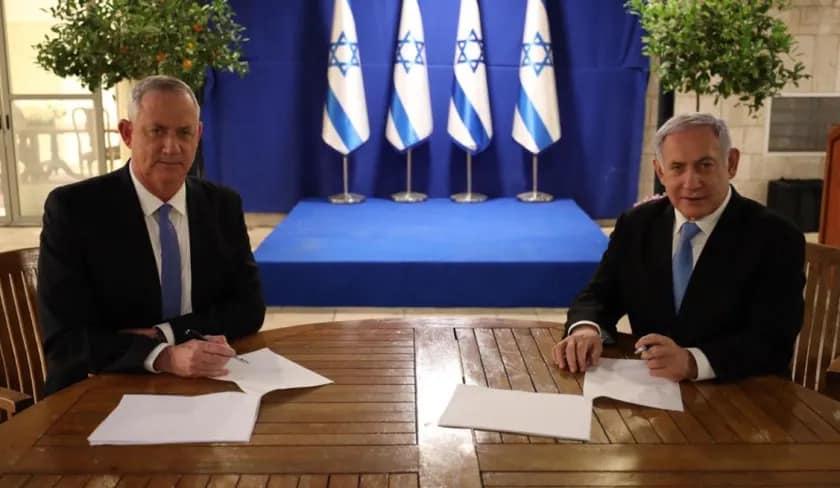 """גנץ ונתניהו חותמים על ההסכם // צילום: דוברות רה""""מ"""