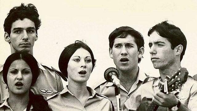 להקת פיקוד המרכז, תחילת שנות ה-70, משמאל: אלי גורנשטיין, שני מימין: עוזי חיטמן. במרכז: חיות