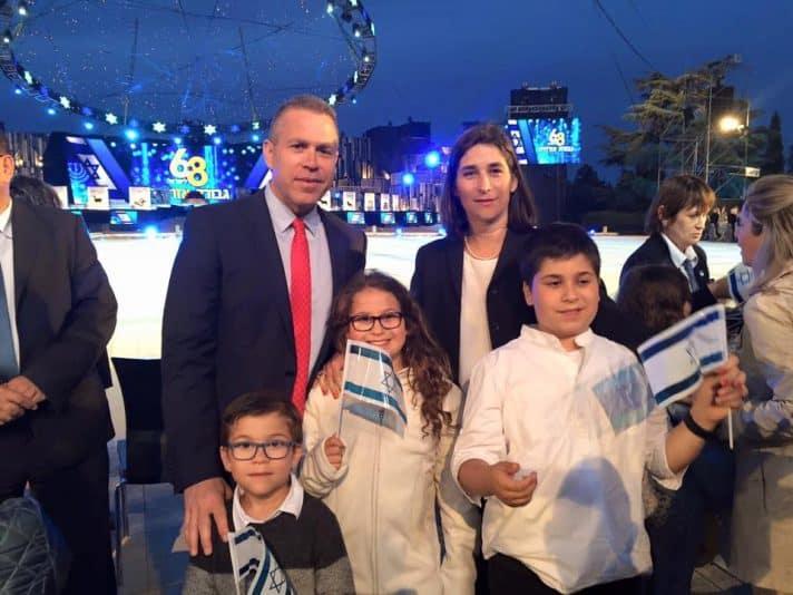 עם אשתו וילדיו