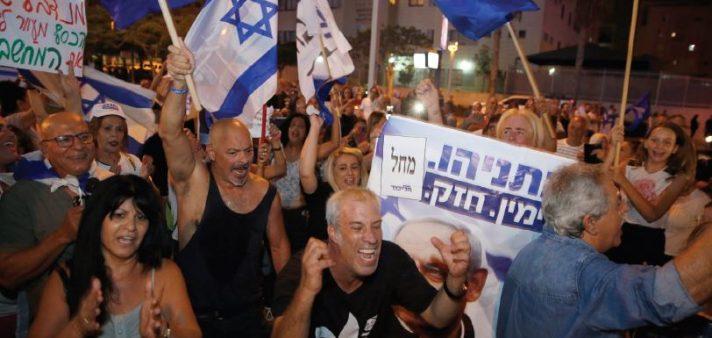 הפגנה בעד נתניהו בכיכר גורן // צילום: עופר וקנין, ׳הארץ׳