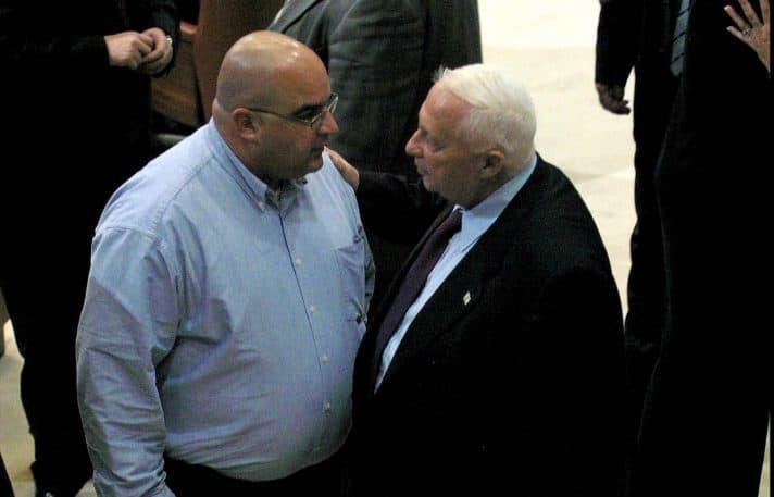 אריאל ועמרי שרון במליאת הכנסת 10.1.2005 // צילום: אוליבייה פיטוסי, 'הארץ'