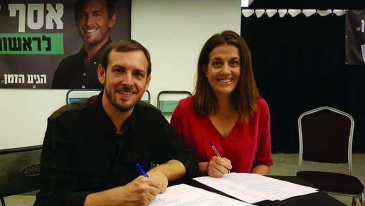 אסף זמיר וציפי ברנד חותמים על איחוד כוחות // צילום: מתוך פייסבוק