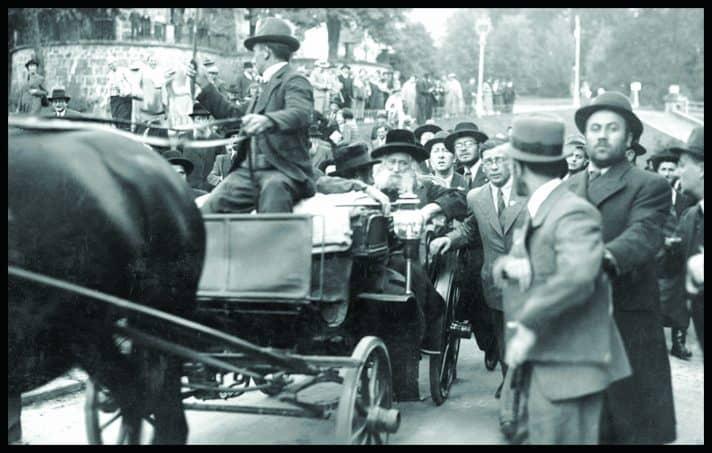 """האדמו""""ר מגור מגיע לכנסייה הגדולה במרינבד // צילום: 'ארכיון המבשר"""