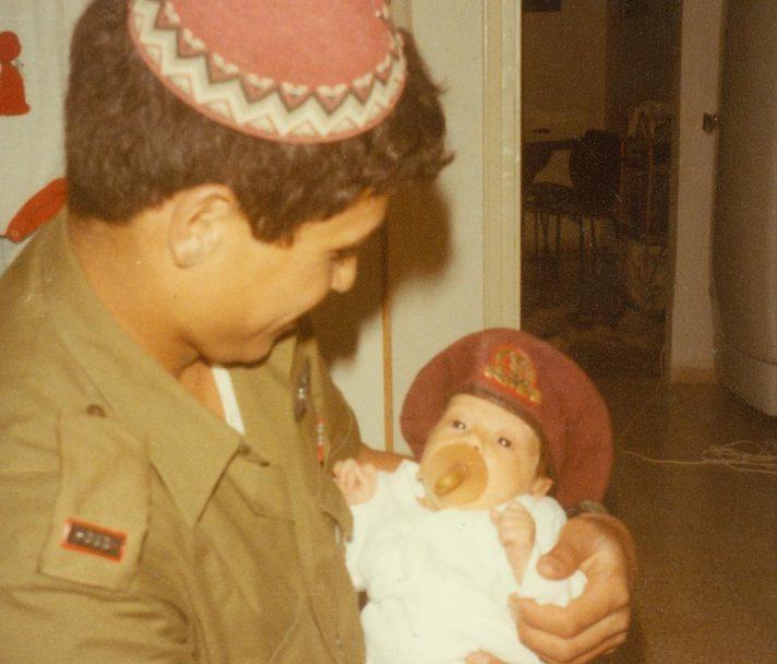 עם ילדו הבכור לאחר סיום קורס קצינים, 1983 // צילום: אלבום משפחתי