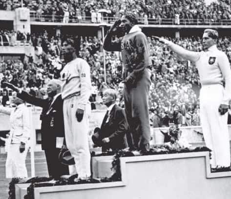 ג'סי אוונס מקבל מדליית זהב בברלין, 1936 // צילום: Bundesarchiv , ויקיפדיה