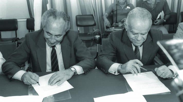 שמיר ופרס חותמים על הסכם הרוטציה, 1986 // צילום: הרמן חנניה, לע״מ