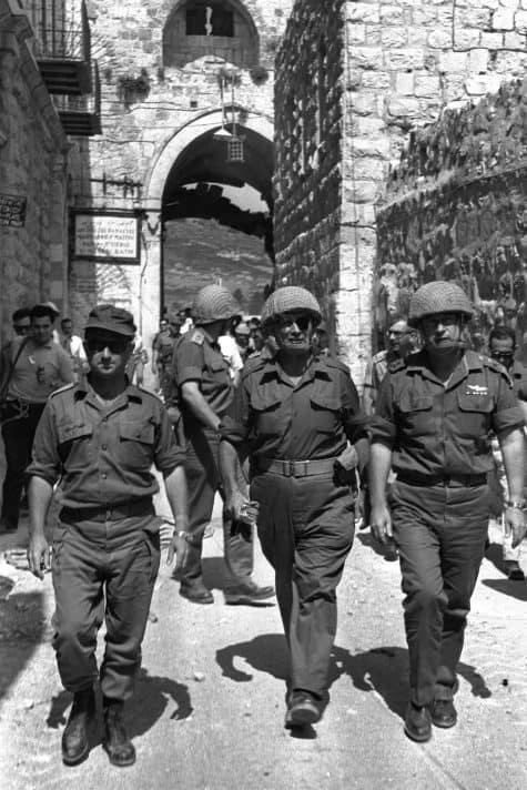 יצחק רבין, משה דיין ועוזי נרקיס בכותל, 1967 // צילום: אילן ברונר, לע״מ