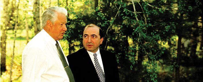 בוריס ברזובסקי עם בוריס ילצין, 1999 // צילום SHONE, Gamma-Rapho via Getty Images IL