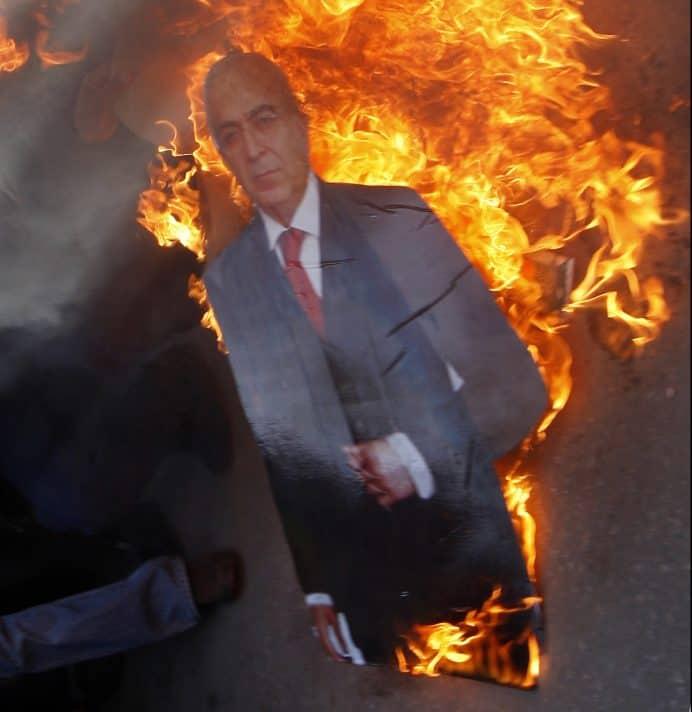 שריפת תמונה של פיאד בידי תומכי חמאס, 2011. צילום: איי־אף־פי, אימג'בנק