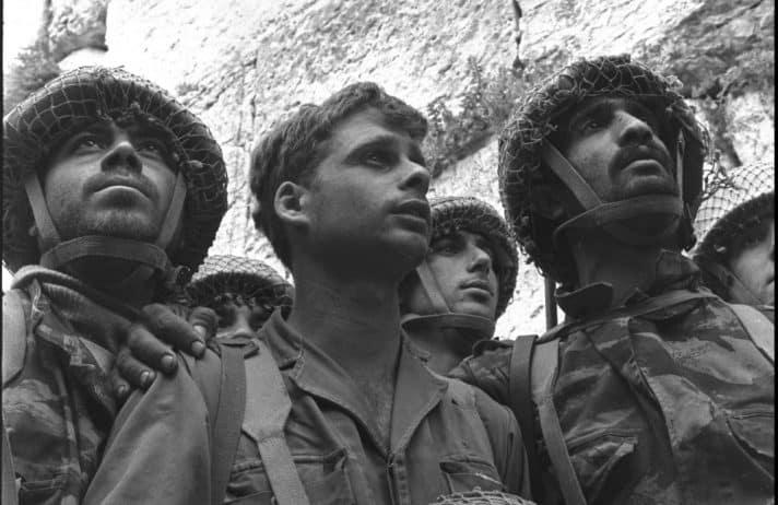 """תמונת הצנחנים בכותל, מלחמת ששת הימים // צילום: דוד רובינגר, לע""""מ"""