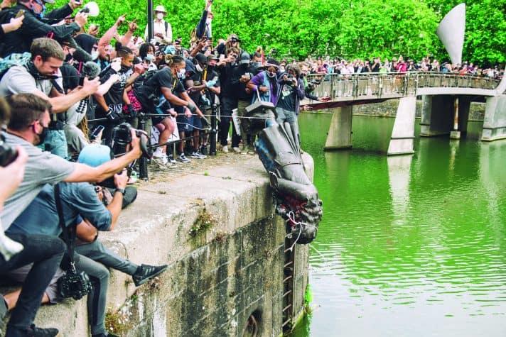 הפלת פסל קולסטון בבריטניה // צילום: Giulia Spadafora, NurPhoto via Getty Images
