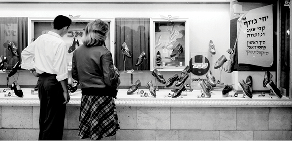 חנות נעליים ברחוב אלנבי, 1950 // צילום: פריץ כהן, לע״מ