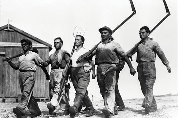 """פועלים בעמק חפר 1935 // צילום: זולטן קלוגר, לע""""מ"""