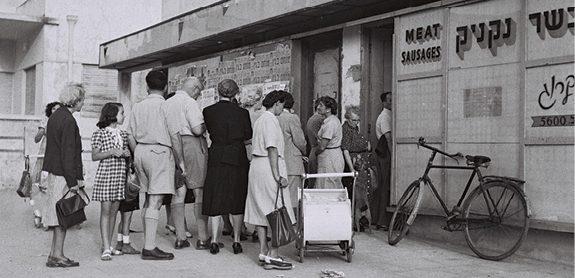 תור למזון קצוב, 1949 // צילום: הנס פין, לע״מ