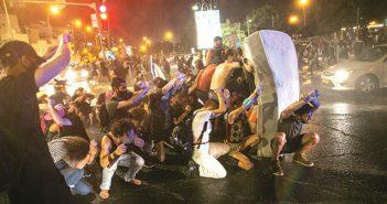 """הפגנה סמוך למעון רה""""מ, בחודש שעבר // צילום: תומר אפלבאום, 'הארץ'"""