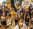 """הפגנה בסמוך למעון רה""""מ, אוגוסט // צילום: אמיל סלמן, 'הארץ'"""