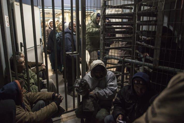 פלסטינים ממתינים במחסום שער אפרים // צילום: תומר אפלבאום, ׳הארץ׳