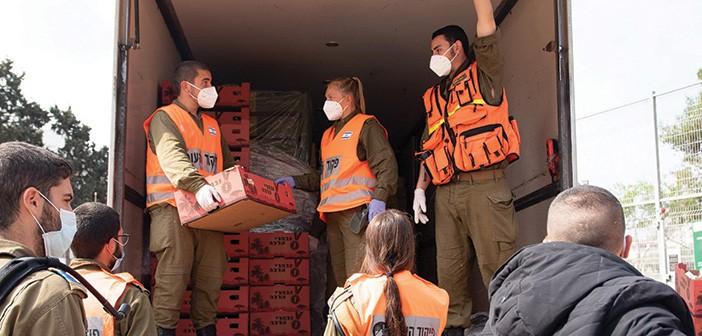 חיילי פיקוד העורף במבצע חלוקת מזון // צילום: משרד העבודה והרווחה
