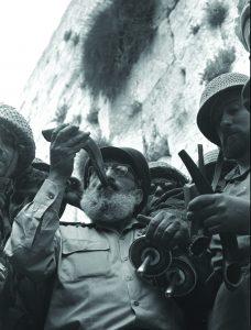 """רב שלמה גורן אחרי שחרור הכותל // דוד רובינגר, לע""""מ"""