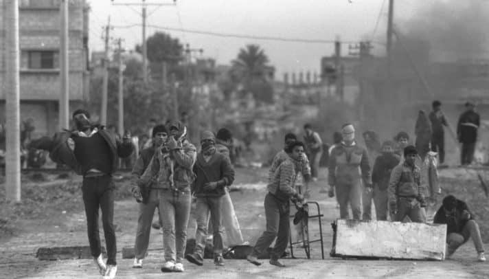 התפרעויות באינתיפאדה הראשונה, 1987 // צילום: נתי הרניק, לע״מ