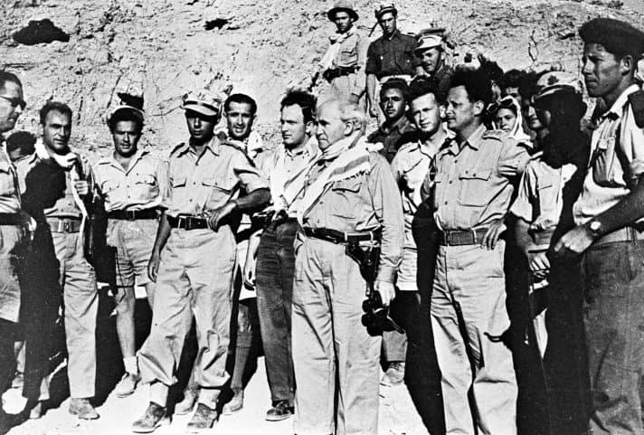 רבין, מפקד צעיר בפלמ״ח, בסיור בנגב עם דוד בן־גוריון // צילום: לע״מ
