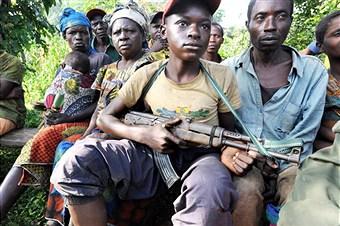נער קונגולזי נושא נשק // צילום: סוזן שולמן, אימג'בנק