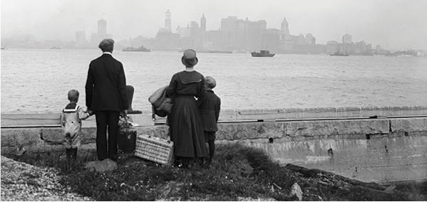 מהגרים מגיעים לאליס איילנד, תחילת המאה ה־20. צילום: Getty Images IL