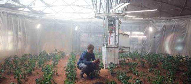 מאט דיימון בסרט 'להציל את מארק וואטני', על פי הספר 'לבד על מאדים'