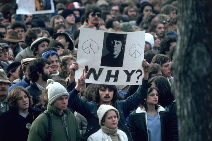 מעריצי לנון מתקבצים סמוך למקום הירצחו, 1980. צילום: אימג'בנק