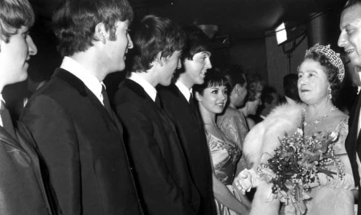 הביטלס עם המלכה אליזבת' // צילום: אימג'בנק