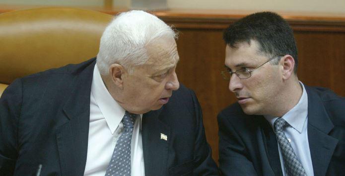 בימיו כמזכיר הממשלה עם אריאל שרון, 2002 // צילום: מנחם כהנא, אימג'בנק