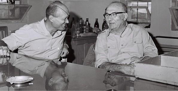 אשכול ודיין, 1967 // צילום: אילן ברונר, לע״מ