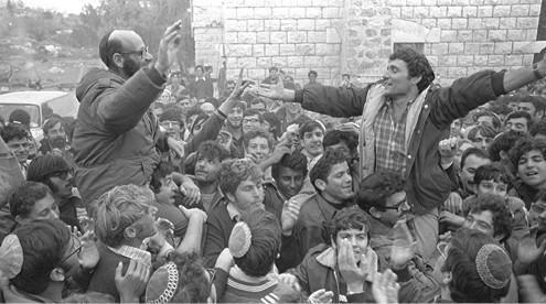 מתנחלי גוש אמונים חוגגים, 1975 צילום משה מילנר, לע״מ