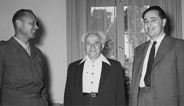 פרס, בן־גוריון ודיין, 1955 // צילום: הנס פין, לע״מ