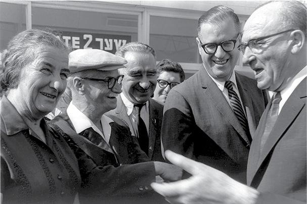 אשכול )ראשון מימין( וגולדה, 1964 // צילום: פריץ כהן, לע״מ