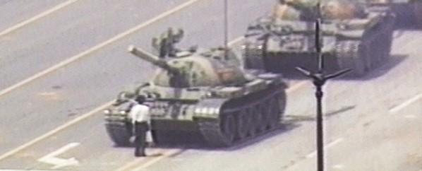 האיש מול הטנק. כיכר טיין־אן־מן, 1989 צילום CNN via Getty Images IL
