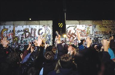 הפלת חומת ברלין, 1989 צילום - Patrick PIEL, Gamma-Rapho via Getty Images IL