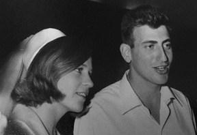 יעל ורון חולדאי ביום חתונתם, 1969 // צילום מתוך הפייסבוק של חולדאי